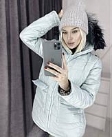 Женская зимняя куртка с накладными карманами и мехом на капюшоне