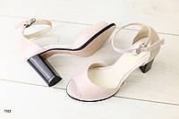 Женские кожаные пудровые босоножки на каблуке