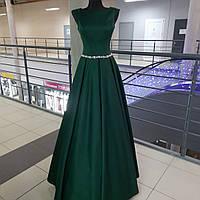 Вечернее атласное платье с карманами изумрудного цвета