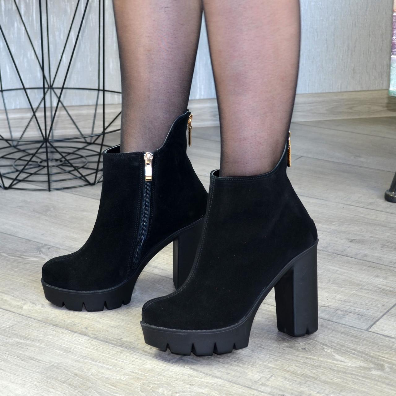 Ботинки замшевые женские демисезонные на высоком каблуке, декорированы молнией