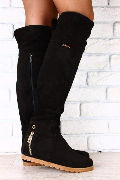 Ботфорты замшевые черные, на коричневой подошве, без каблука, с змейкой на пятке