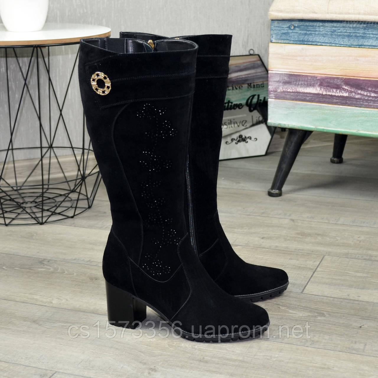 Женские черные замшевые сапоги на устойчивом каблуке, декорированы накаткой камней