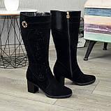 Женские черные замшевые сапоги на устойчивом каблуке, декорированы накаткой камней, фото 2