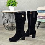 Женские черные замшевые сапоги на устойчивом каблуке, декорированы накаткой камней, фото 3
