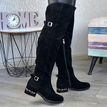 Ботфорты замшевые черные на устойчивом каблуке, декорированы ремешком