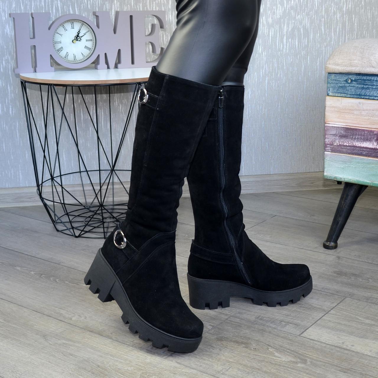 Жіночі замшеві чоботи на товстій тракторній підошві, колір чорний