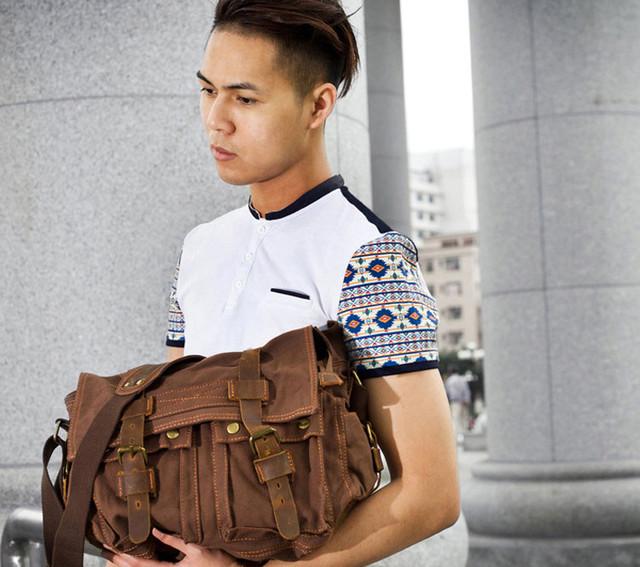 Парень с сумкой Augur в руке.