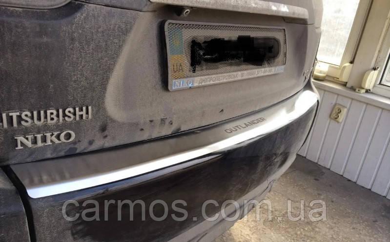 Накладка на задний бампер Mitsubishi outlander xl (митсубиси аутлендер до 2014), логотип, с загибом нерж.