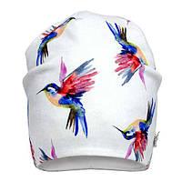 Трикотажная удлиненная шапка для девочки с колибри