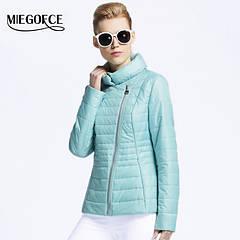 Женские весенние куртки и плащи