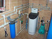 Система водоснабжения частного дома.Система умягчения и тонкой очистки(5мкм)-Buderus(Германия).Фильтрующая станция самопромывная(10мкм)-Honeywell(Германия).Гидрофор-Wilo(Германия).Емкость 700л.из пищевого пластика-Telcom(Италия).Трубы-полипропилен.