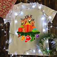 Мужская футболка с принтом - Олени с подарками