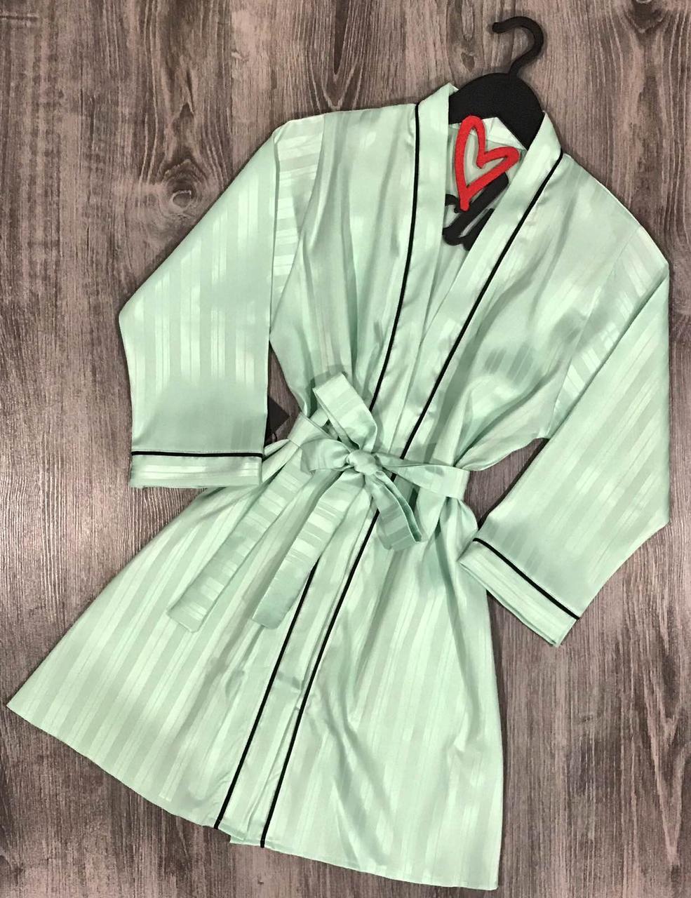 Елегантний жіночий халат на запах під пояс ніжного м'ятного кольору.