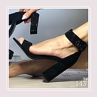 Женские босоножки на среднем устойчивом каблуке, черная экозамша