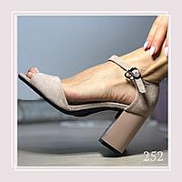 Женские босоножки на среднем устойчивом каблуке, беж экозамша