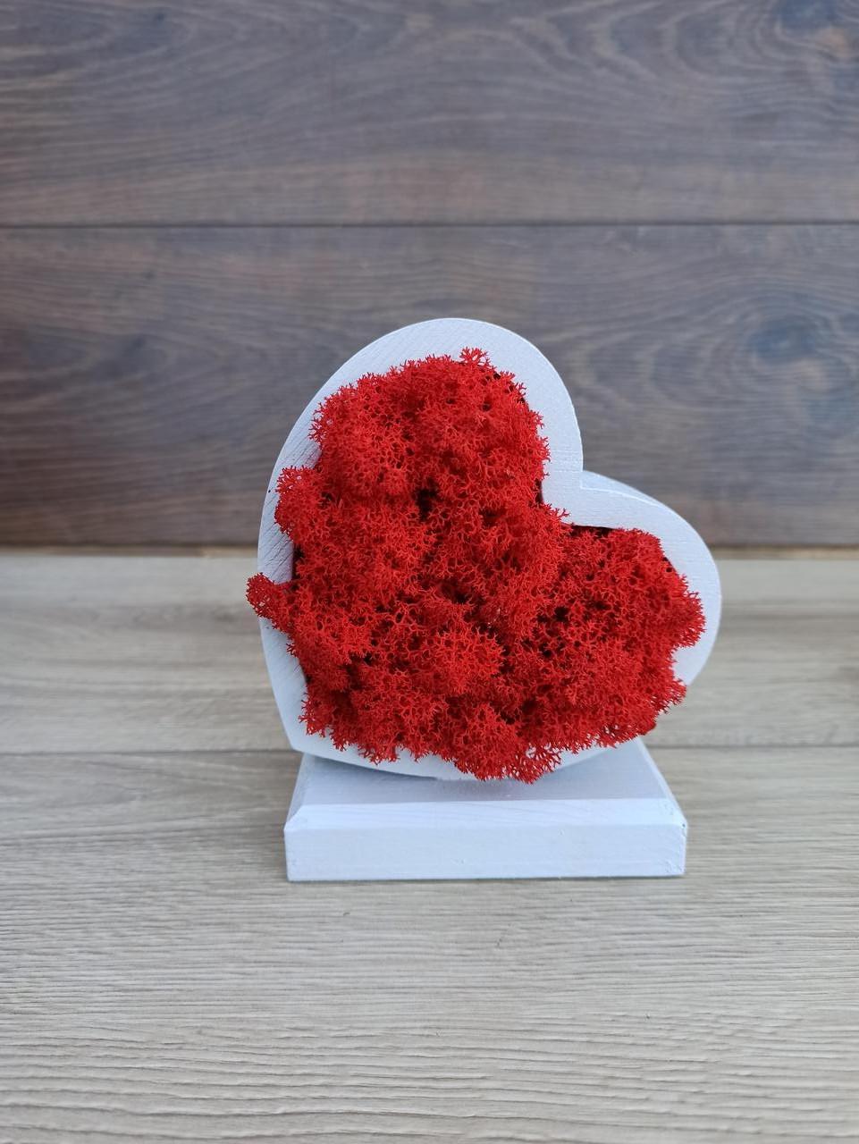 Серце з дерева з червоним  мохом ягель - подарунок до дня Валентина