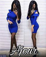 Приталенное платье длиной до средины бедра и кокетливыми воланами на плечах
