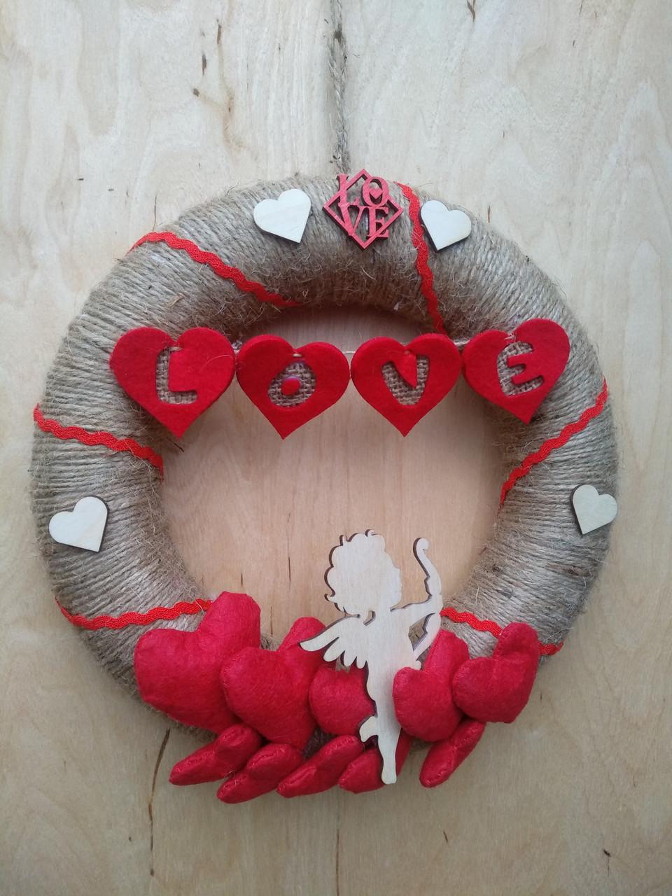 Декоративний вінок з червоними серцями на двері, стіну до дня святого Валентина