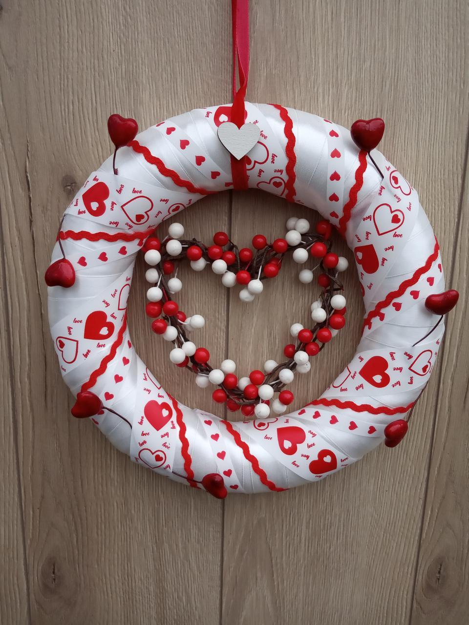 Червоно-білий вінок з серцями  на двері, стіну до дня святого Валентина