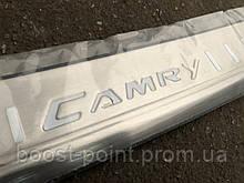 Защитная хром накладка на задний бампер с загибом ребристая Toyota Camry xv55 (Тойота Камри 55 кузов 2014г+)
