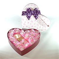 Подарочный набор в форме сердца с розами из мыла и плюшевым медведем розовый