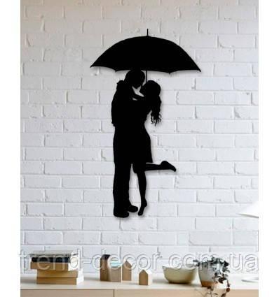 Декоративное металлическое панно романтическая пара в дождь.