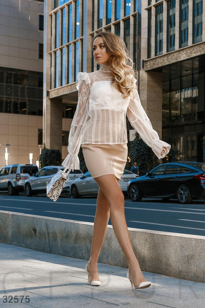 Стильна мереживна блуза прямого крою з об'ємними рукавами біла