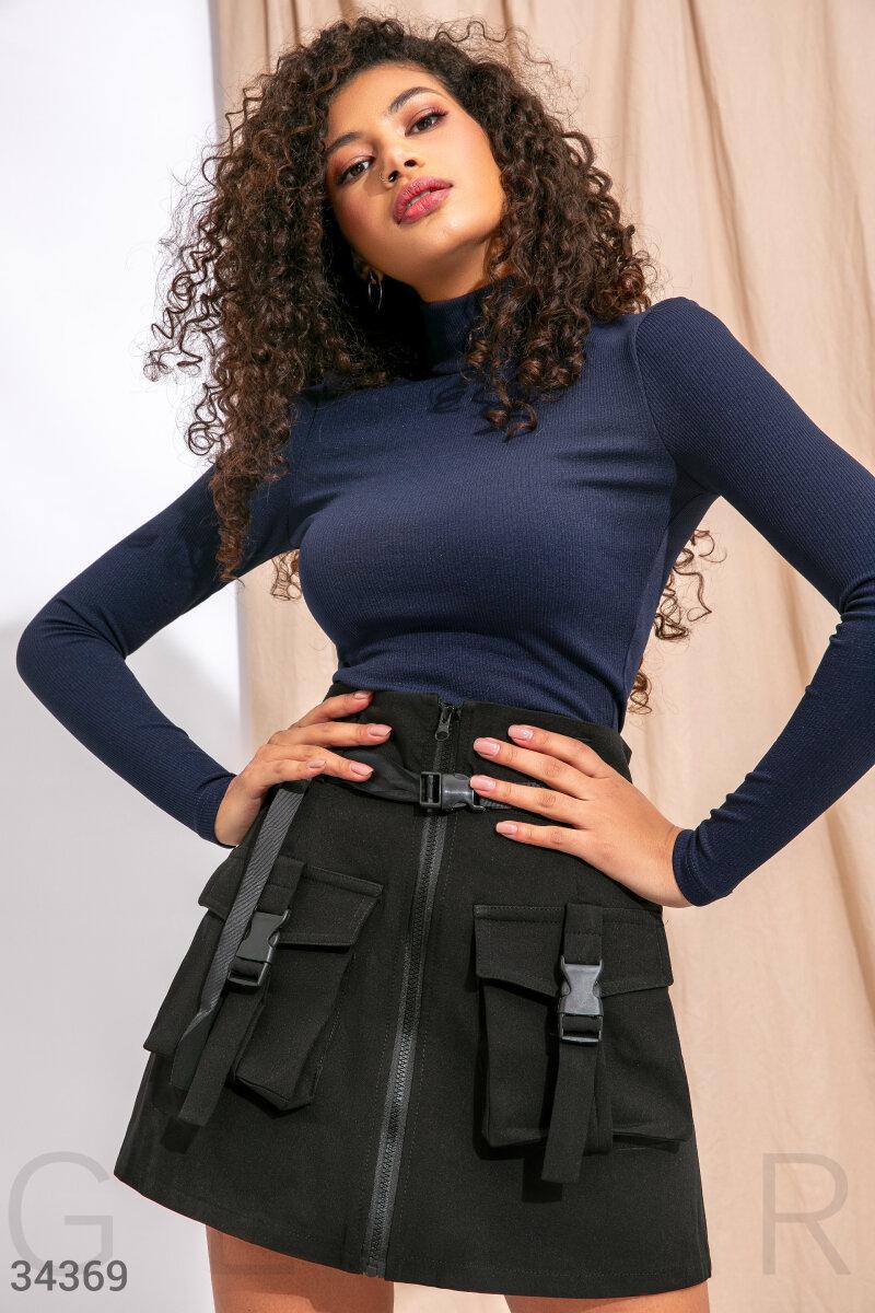 Короткая юбка-трапеция с объемными карманами черная
