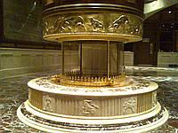Круглый камин из мрамора Crema Marfil
