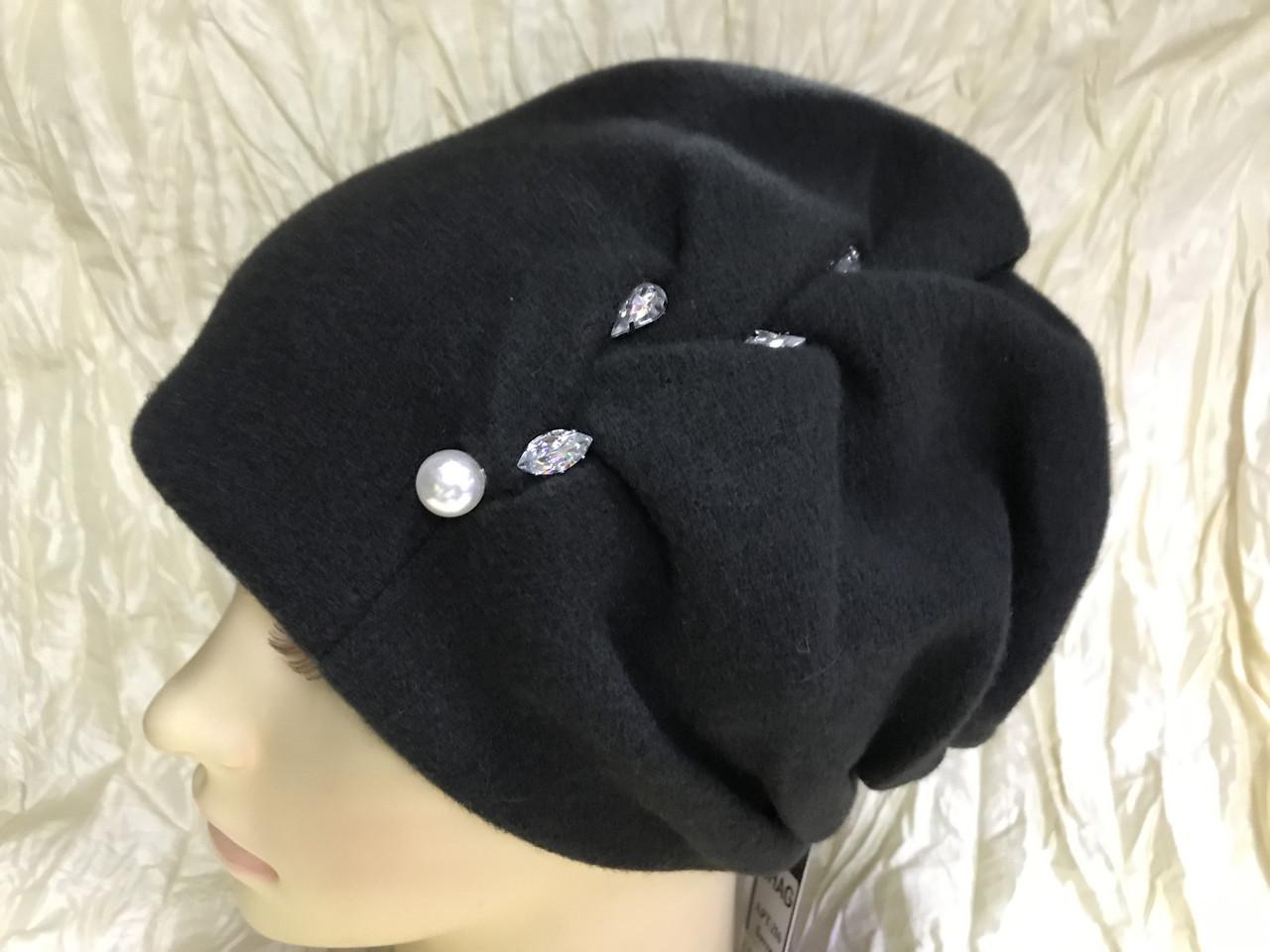 Зимова кашемірова чорна шапка з об'ємним плетінням