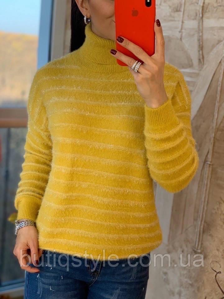 Женский пушистый свитер с пояском внизу