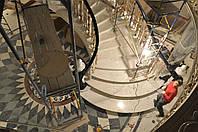 Мраморная лестница с полукруглыми ступенями, со стартовыми колоннами.