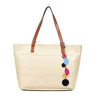Стильная сумочка с цветным брелком.