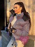 Женская блестящая короткая куртка с голографическим эффектом и с капюшоном 71KU237