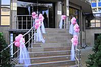 Оформление входа в ресторан цветами из воздушных шаров и тканью.