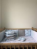 Комплект бортики со съёмными наволочками на 4 стороны кроватки, простынка на резинке, подушечка.
