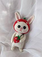 Зайчик в костюмі полунички, сухе валяння, подарунок для дочки, подарунок для дітей, подарунок для дівчаток, фото 1