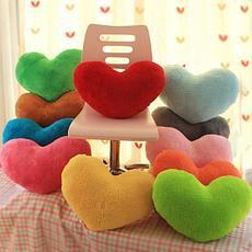 Декоративные подушки с романтической тематикой