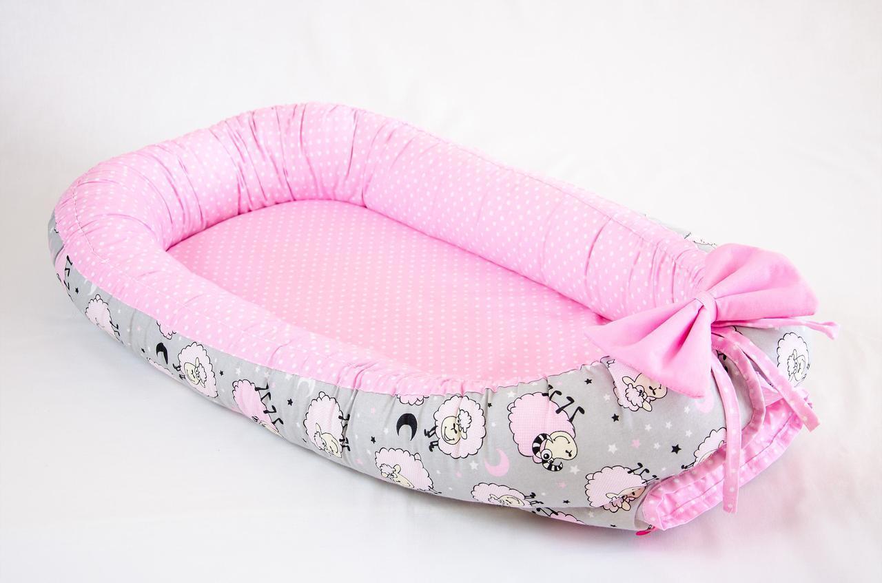 Кокон - позиционер для малыша с непромокаемым вкладышем BabySoon Розовые барашки 50Х80см (457)