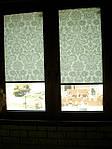 Уни-штапик, закрытая система (кассетная) рулонных штор с плоскими направляющими. Ткань Дамаск белый и божоле. Каталог №3
