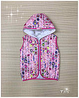 Яркая жилетка с мультяшным принтом на синтепоне с капюшоном для девочки код 0164(р.104-134)