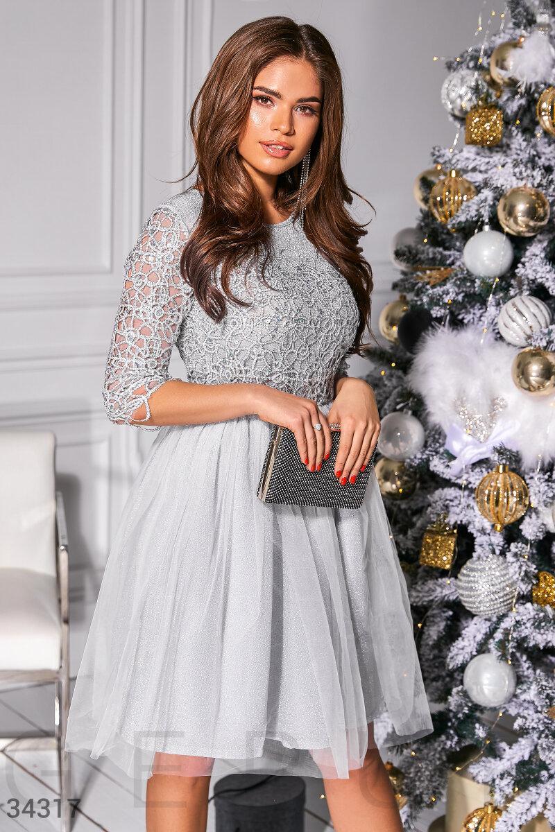 Короткое женское платье с воздушной фатиновой юбкой