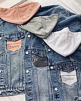 Стильная джинсовая куртка с капюшоном.