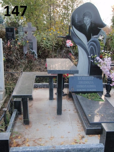 Одинарний жіночий пам'ятник вертикальний з граніту  тумба з гравіруванням