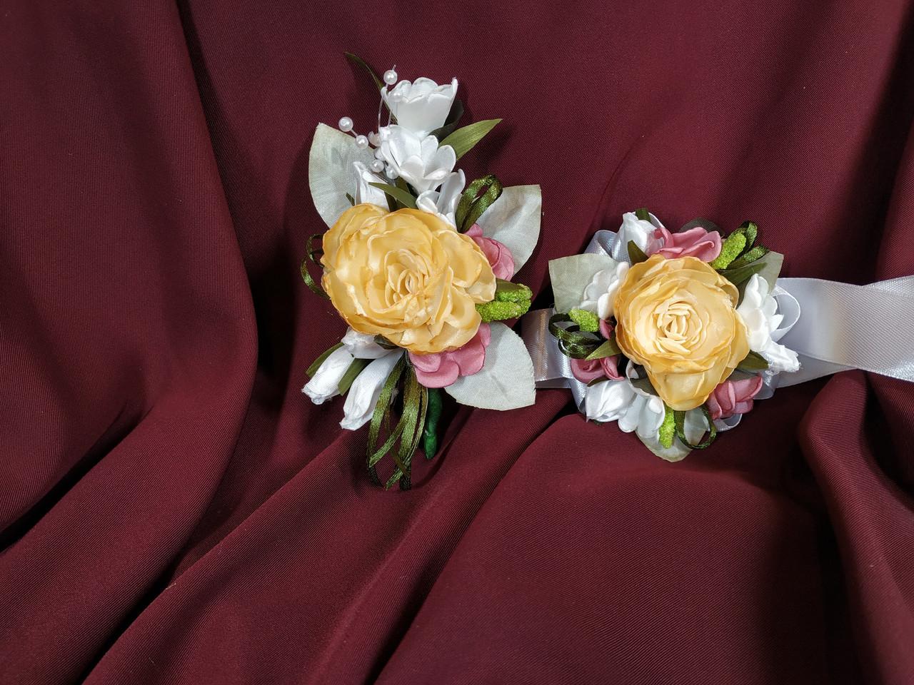 Свадебные бутоньерки из пиона персиково-оранжевые (бутоньерка и цветочный браслет)