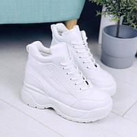 Красивые женские кроссовки