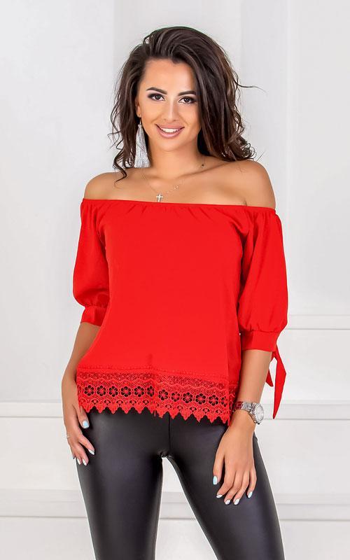Красная блузка с кружевом
