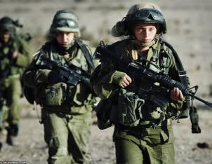 Камуфляжний одяг, взуття та військове приладдя