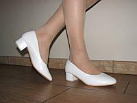 Женскиек белые матовые туфли низкий  каблук 36 размер на узкую стопу