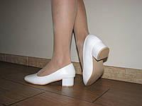 Белые туфли на маленьком каблуке 37 размер на узкую стопу